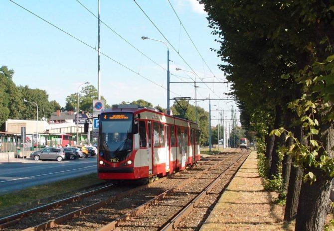 Po trati za hlavním nádražím v Gdańsku jezdí pouze tramvajová linka číslo 4, jež spojuje Lostowice v jižní části města s konečnou Jelitkowo u moře před severním okrajem města