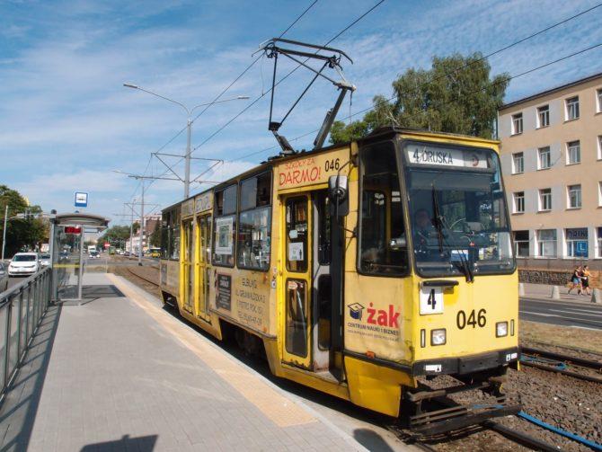 Linka 4 jezdí ze zastávky Ogólna v severní části Elblągu do obratiště Druska na jihovýchodě města, kousek za nádražím; na ní byla vyfocena jedna ze starších tramvají Konstal 805Na v zastávce Dworzec (to jest nádraží)