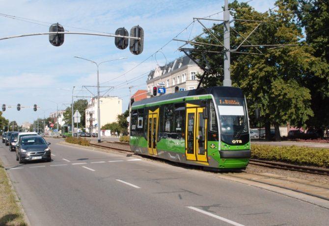 Kousek za nádražím tramvaje opouštějí středový pás silnice a následuje jeden z mnoha elbląžských jednokolejných úseků. Zde se k tomuto přejezdu blíží linka číslo 1