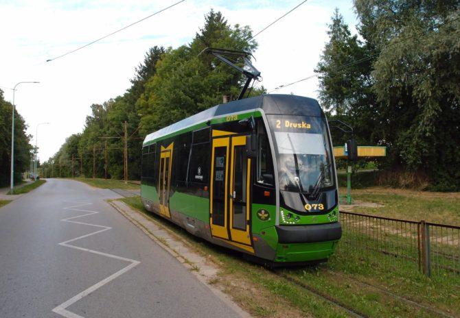 Konečná zastávka Marymonska v Elblągu, zde s tramvají linky 2 ve směru od nádraží, se nachází přímo na okraji Krajinného parku Vysočiny Elbląské a hned za obratištěm můžete vstoupit do lesů