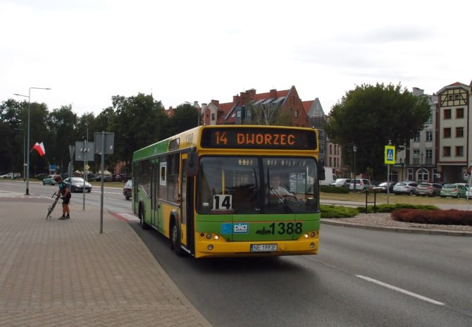 Na městských linkách v Elblągu můžete nejčastěji potkat autobusy běloruského výrobce MAZ, jako zde na lince 14, jež směřujíc k nádraží projíždí přes plac Słowiański