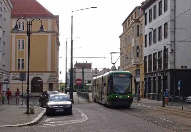 Linka 3 v Elblągu jezdí z obratiště Ogólna v severní části města přes centrum do zastávky Saperów, kam vede jednokolejná trať téměř rovnoběžná s vytíženější tratí k nádraží; zde byla Trojka zachycena v ulici 1 Maja za zastávkou Plac Słowiański