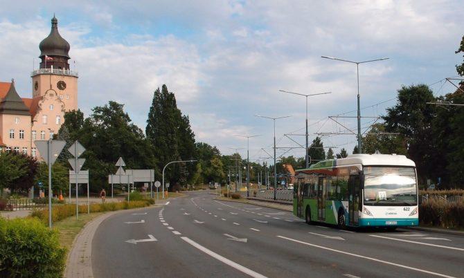 Městské linky v Elblągu zajišťuje také společnost Arriva. Zde linka 13 směřujíc ze severní části města k vlakovému nádraží právě projela okolo radnice