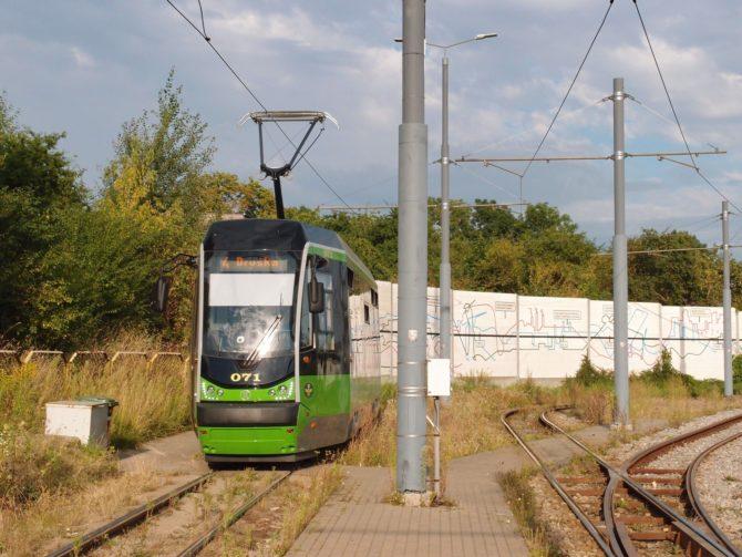 V severní částí Elblągu končí tramvaje v obratišti Ogólna, kde byla zachycena tramvaj na lince 4