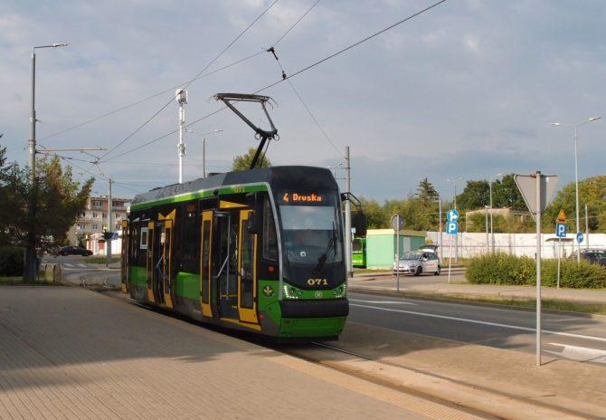 Tramvajová linka 4 jezdí z konečné Ogólna, kde byla vyfocena, ulicí płk. Dąbka a dále zkratkou kolem radnice k nádraží a do obratiště Druska
