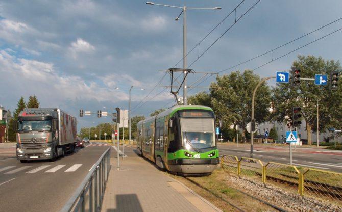Tramvajová linka 3 jezdí z Ogólny přes centrum Elblągu do obratiště Saperów východně od historického jádra; na fotce přijíždí do své druhé zastávky Broniewskiego