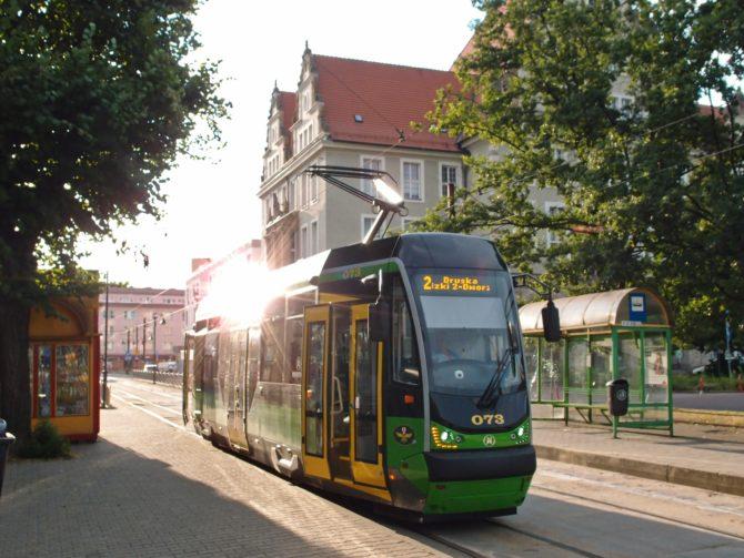 Elbląžská linka 2 z Marymoncké k nádraží se připravuje k odjezdu ze zastávky Sąd