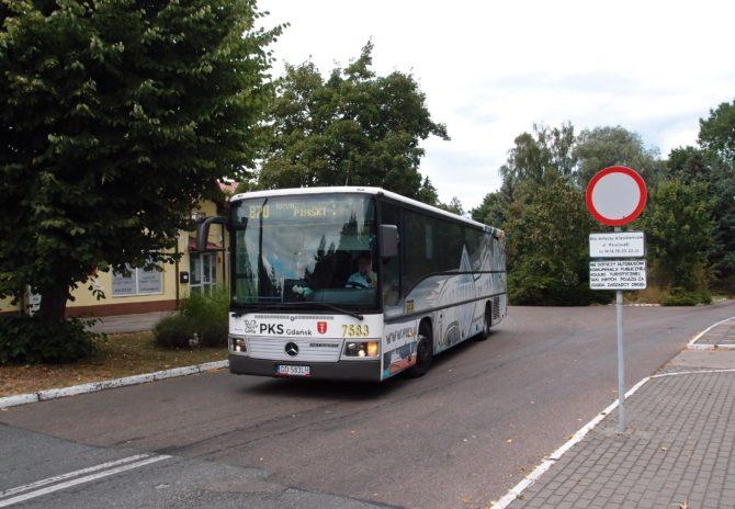 Jeden z dlouhých spojů na lince 870 Gdańsk - Krynica Morska, Piaski odjíždí z autobusového stanoviště Stegna