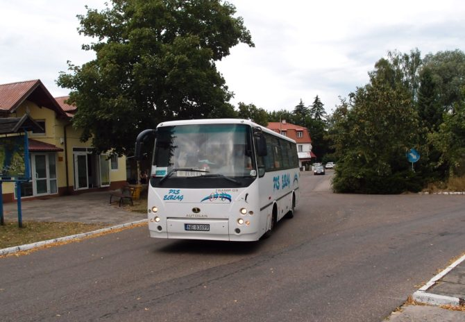 Autobus polského výrobce Autosan na lince Mikoszewo - Nowy Dwór Gdański - Elbląg odjíždí z autobusového stanoviště Stegna