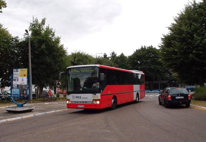 Linka 870 Krynica Morska - Gdańsk přijíždí na autobusové stanoviště Stegna