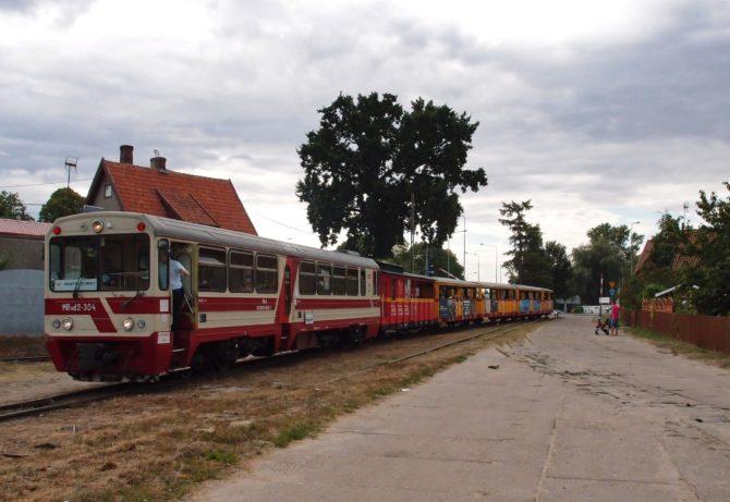 Vlak na úzkokolejce v trase Nowy Dwór Gdański - Prawy Brzeg Wisły přijíždí do stanice Stegna