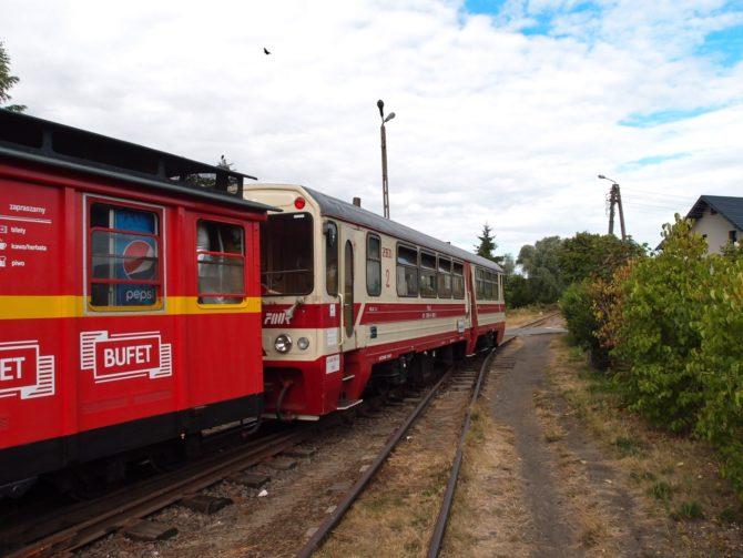 Motorový vůz MBxd2 v čele výletního vlaku vyjíždí ze stanice Stegna ve směru Prawy Brzeg Wisły