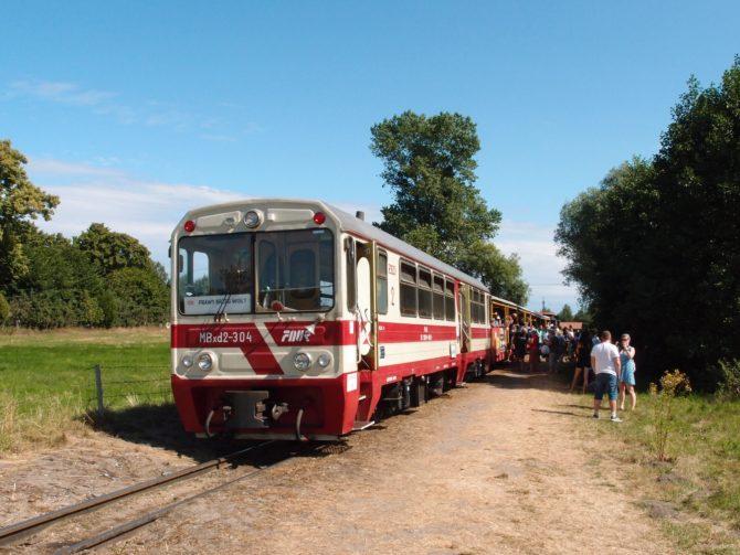 Vlak ze Sztutowa po příjezdu do konečné zastávky Prawy Brzeg Wisly; jen kousek odtud, za protipovodňovým valem, se nachází přístaviště prámu přes řeku