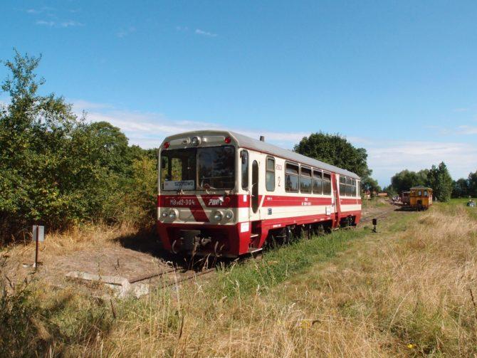 Motorový vůz na západním konci kolejí v zastávce Prawy Brzeg Wisły před cestou zpět do Sztutowa
