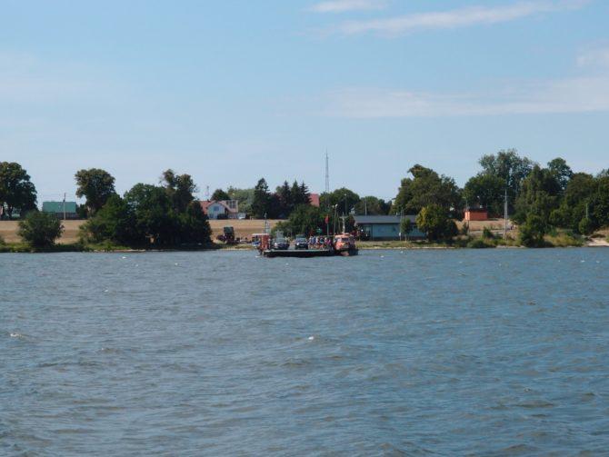 Prám přes Wisłu vyplouvá nedaleko za přístavištěm Świbno