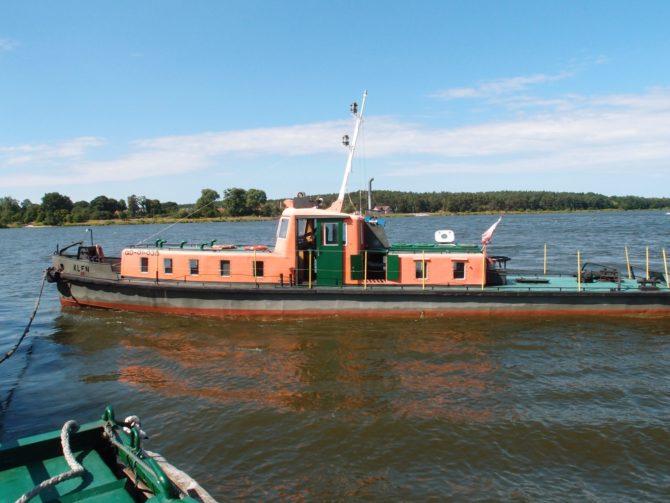 Pohon prámu zajišťuje loď Kleń, která se musí v každém přístavišti otočit