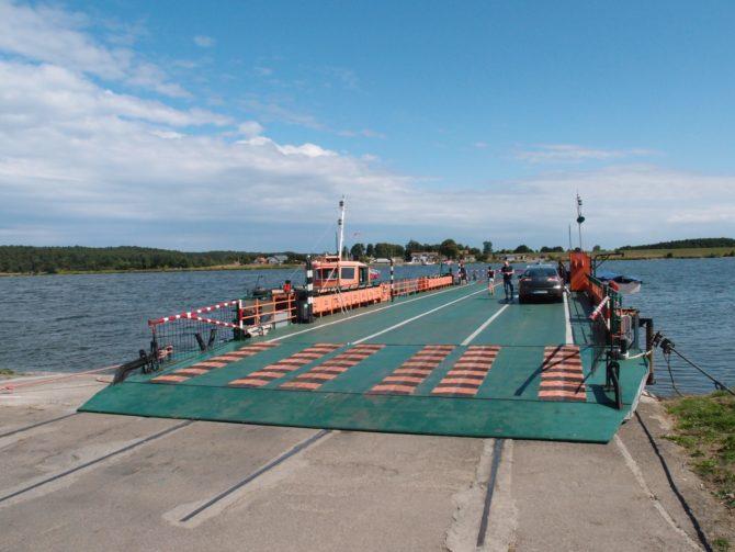 Prám do Mikoszewa krátce po připlutí do přístaviště Świbno