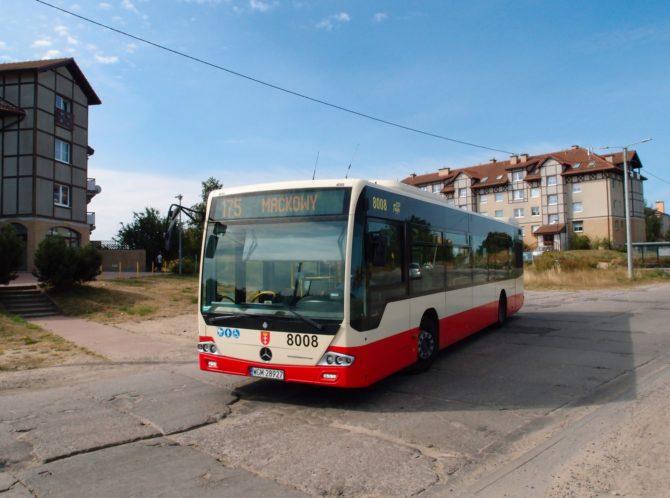 Autobus na lince 175 v Gdańsku vyjíždí z obratiště Kampinoska na novém sídlišti v Gdańsku, jež vzniklo v sousedství přírodního parku Dolina potoku Oruńskiego