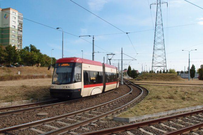 Tramvajová linka 2 ve směru do Łostowic projíždí kolem obratiště Chełm Witosa