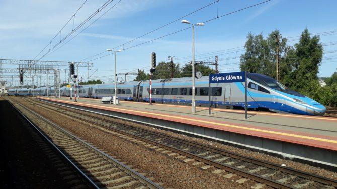Pendolino v trase Kraków - Warszawa - Gdańsk - Kołobrzeg na fotce odjíždí ze stanice Gdynia Glówna