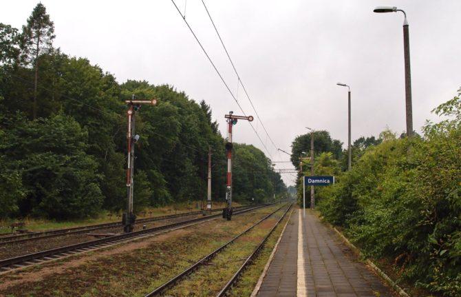 Také po této jednokolejné trati s mechanickými návěstidly v Polsku pravidelně jezdí Pendolino; menší stanice Damnica se nachází na trase Gdynia - Kołobrzeg