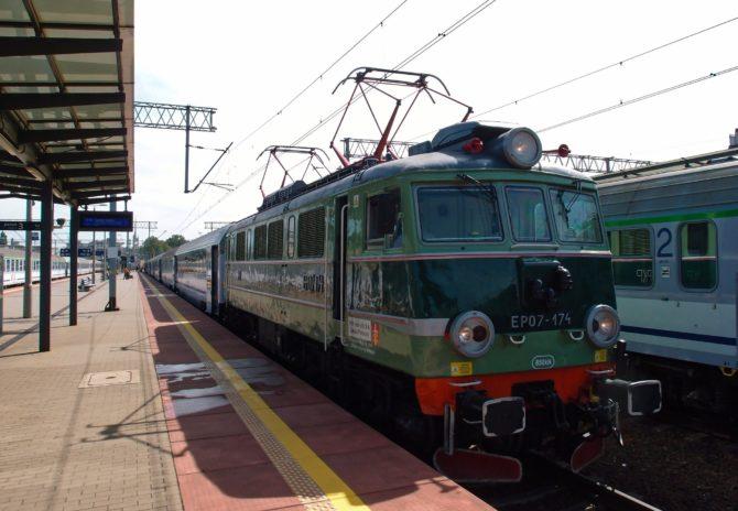 Intercity v trase Olsztyn - Elbląg - Gdańsk - Koszalin - Szczecin v čele s lokomotivou řady EP07 odbavuje cestující ve stanici Gdynia Główna