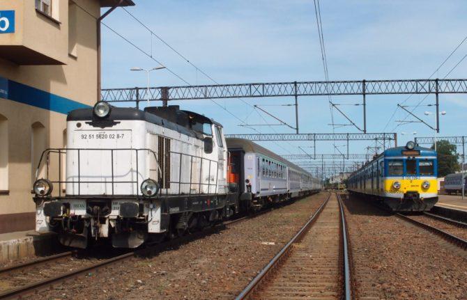 Rychlík z Varšavy do Łeby (nalevo) dostává ve stanici Lębork dieselovou lokomotivu, napravo stojí příměstský vlak SKM z Gdańsku