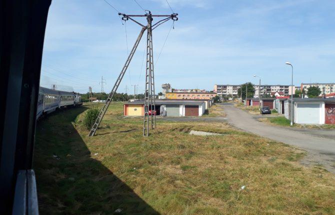 Do Łeby varšavský rychlík pokračuje jen se čtyřmi vozy. Zde v oblouku za nádražím Lębork