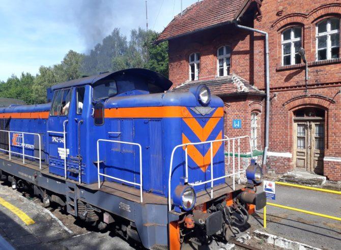 Stanice Łeba disponuje pouze dvojicí kolejí. Křižování vlaků proto probíhá v sousední stanici Wrzeście