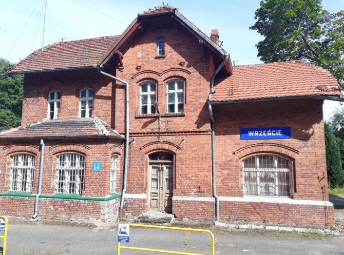 Název stanice v lesích mezi malými vesničkami se skutečně čte [Vřešče]; zde probíhá křižování rychlíků do Łeby a zpět