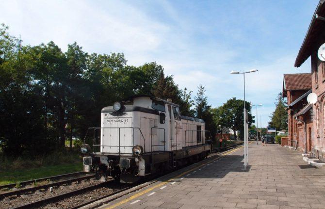 Malá stanice Łeba umožňuje pouze objetí vlaku lokomotivou a návrat zpět ve směru Lębork