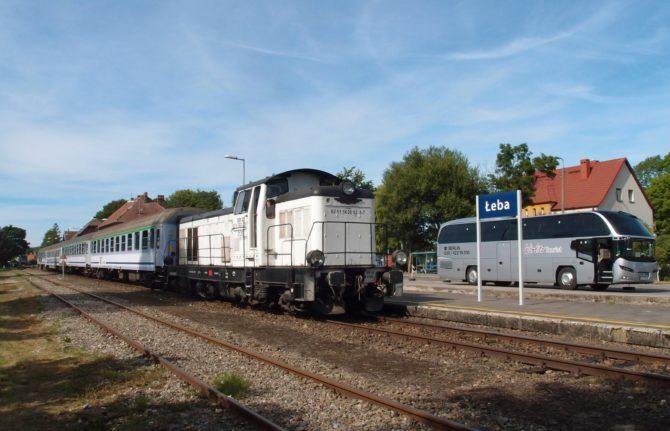 V přímořském městečku Łeba končí lokální trať z města Lębork. V letních měsících tu je však rušno, neboť sem jezdí řada rychlíků s dlouhými trasami a také osobní vlaky. Malá stanička na konci lokálky disponuje jen dvojicí kolejí, která umožní přepřáhnout lokomotivu. Grafikon trati proto musí být nastaven tak, aby se zde vlaky nepotkávaly. Křižování protisměrných spojů probíhá ve stanici Wrzeście a delší přestávky souprav musí být řešeny jejich přesunem do Lęborku, díky čemuž na trati jezdí mnoho krátkých rychlíků jen mezi těmito stanicemi. Na fotce se rychlík přijevší od Varšavy a Gdańsku připravuje k odjezdu zpět jako krátký spoj do stanice Lębork.