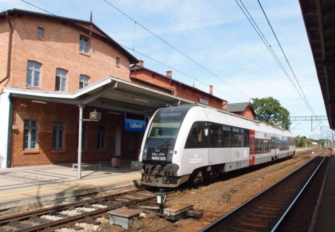 Z Lęborku do Łeby se můžete dostat mnoha autobusovými spoji nebo vlakem po zdejší lokálce, kde kromě rychlíků jezdí také osobní vlaky; jeden z nich právě v Lęborku odpočívá před svou další cestou