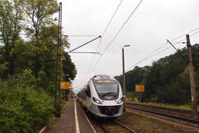 Elektrická jednotka řady EN90 na osobním vlaku Gdynia - Słupsk v zastávce Damnica