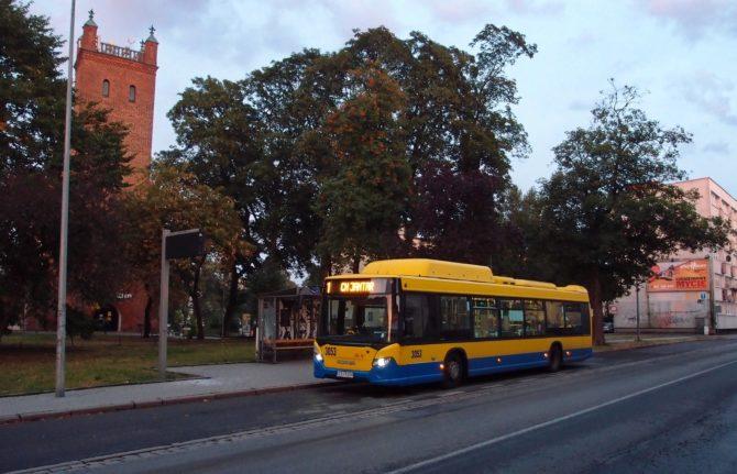 Městská linka 1 ve Słupsku v zastávce Grodzka; nalevo kostel sv. Mikuláše