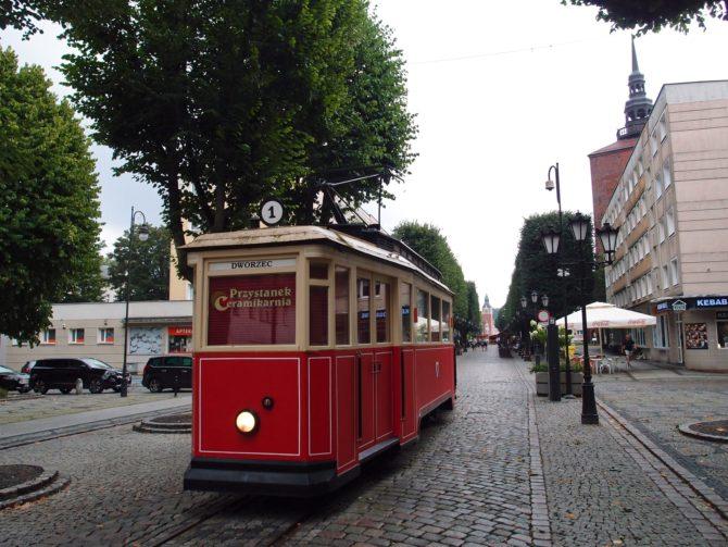 Ve Słupsku byla mezi lety 1910 a 1959 provozována také tramvajová doprava, kterou dnes připomíná již jen nostalgická tramvaj u Nové brány