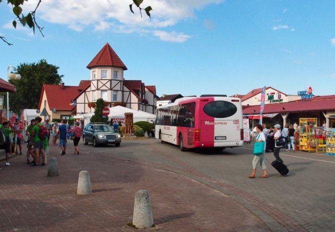 Otáčení autobusů v Rowech, řešené blokovým objezdem, je v turistické sezoně poměrně složité a zabere i několik minut; na fotce ho právě absolvuje autobus linky 112 ze Słupsku