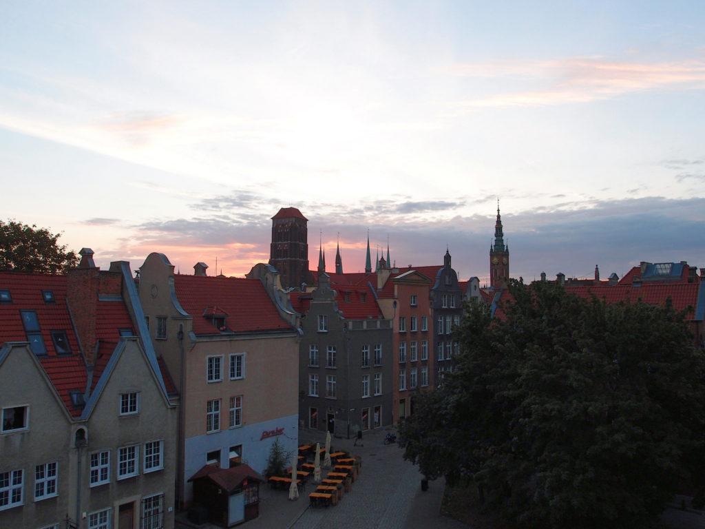 Pohled na východ slunce nad centrem Gdańsku z baszty Narożne.