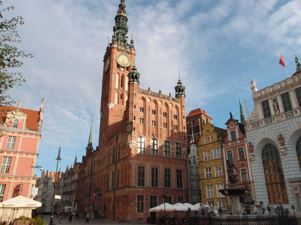 Radnice Hlavního Města v Gdańsku a Neptunova kašna dominují Dlouhému trhu a Dlouhé třídě.