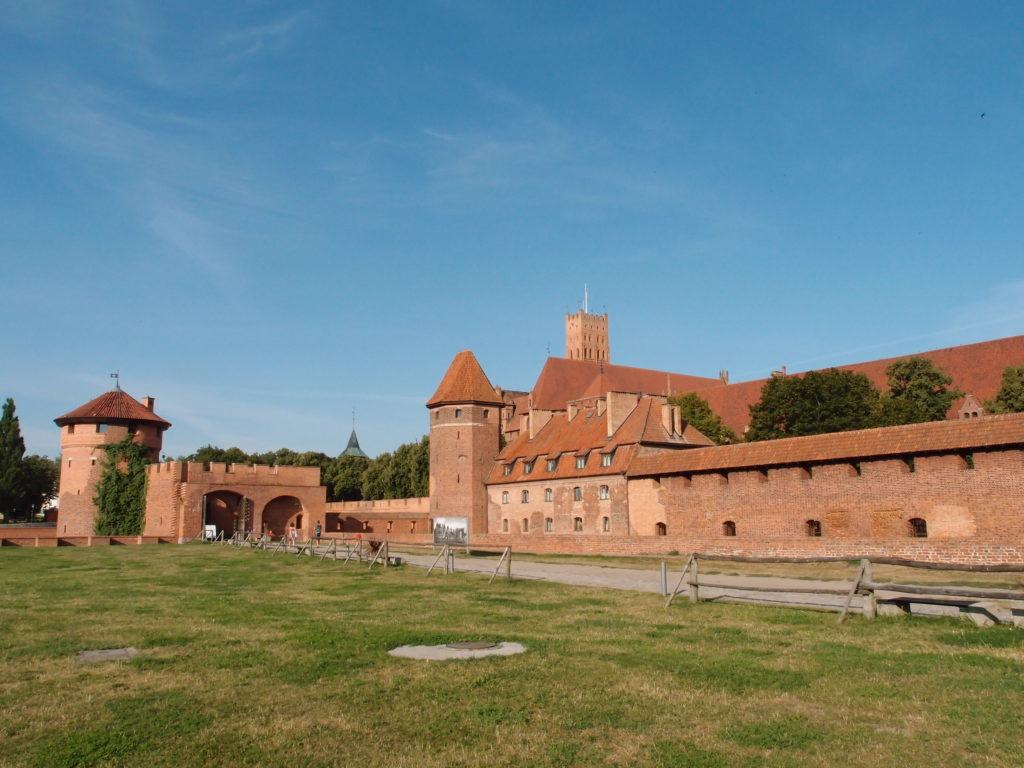 Rozlehlý areál hradu Malbork patří mezi památky UNESCO a můžete ho vidět i při cestě po železničním koridoru, který prochází v bezprostřední blízkosti.