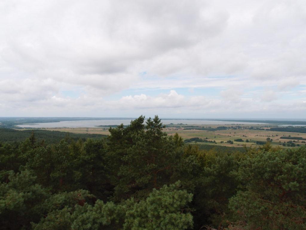 Výhled z rozhledny Rowokół na jezero Gardno, napravo můžete vidět Baltské moře.