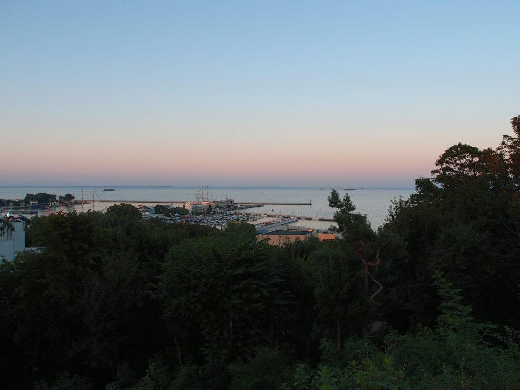 Večerní pohled na přístav v Gdynii z Kamienne góry.